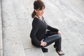 Black-Outfit-sitzend