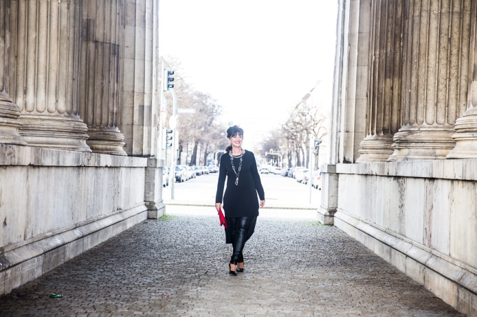 Black-Outfit-zwischendenSäulen