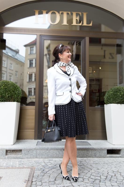 Kleid-SW-mit-Blazer-Hotel1-1