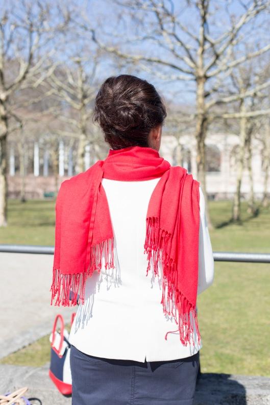 Maritimer Look - Rock - weißer Blazer - roter Schal