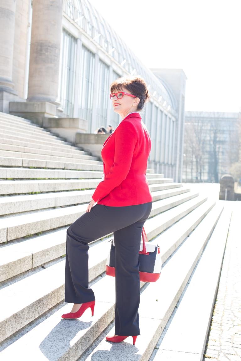 Lady In Rot Zieht Für Euch Blank